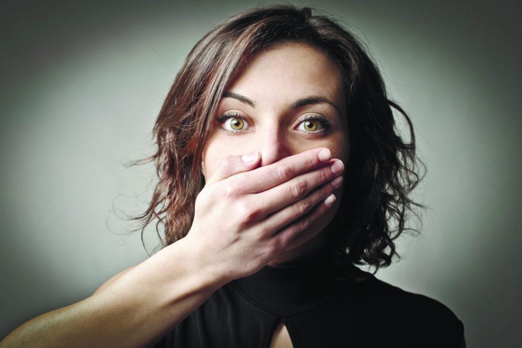 Ком в горле и отрыжка воздухом: причины и лечение
