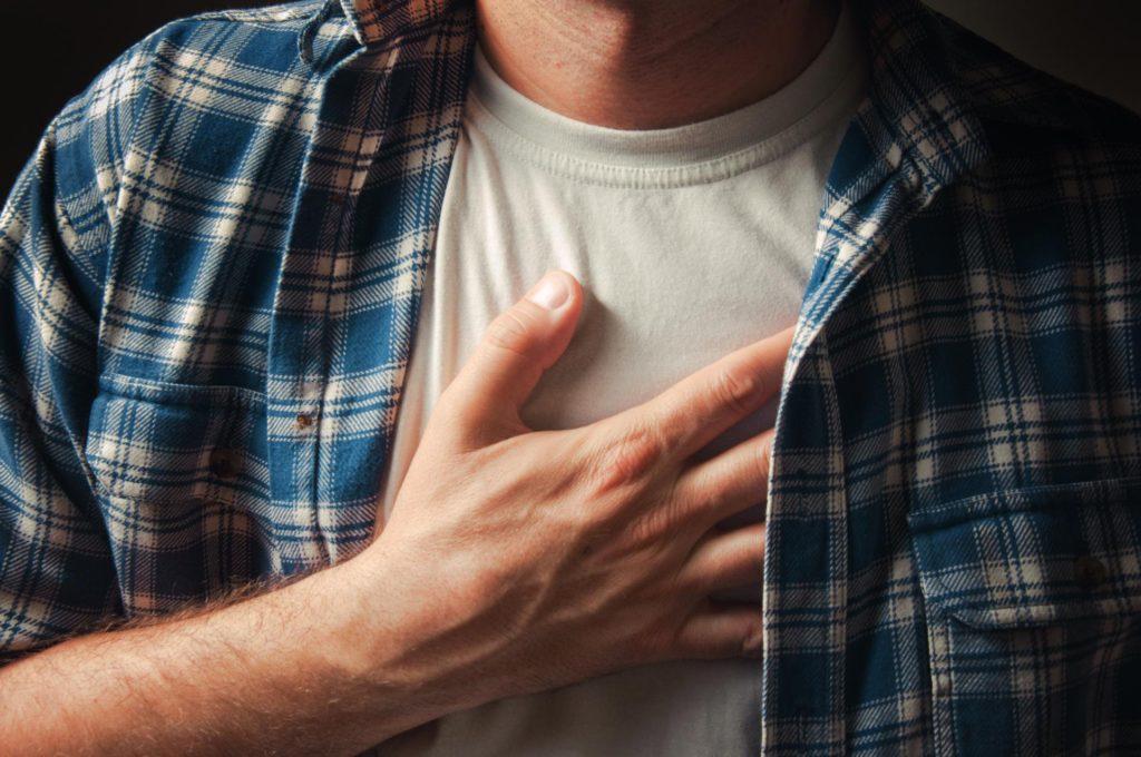 Жжение в грудной клетке: причины, если печет посередине и жжет в грудине по центру, боль в груди